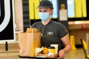 美国新冠病例激增麦当劳恢复强制戴口罩要求